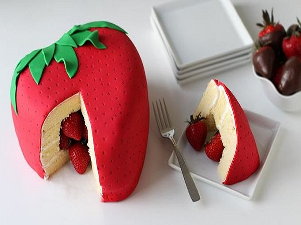 strawberry-surprise-cake