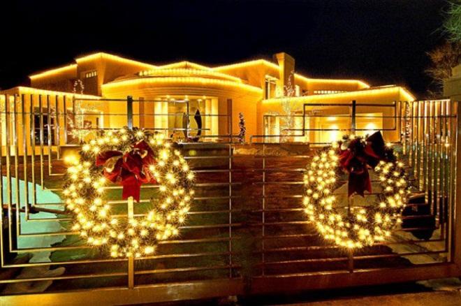 wreath-lights-on-gateway