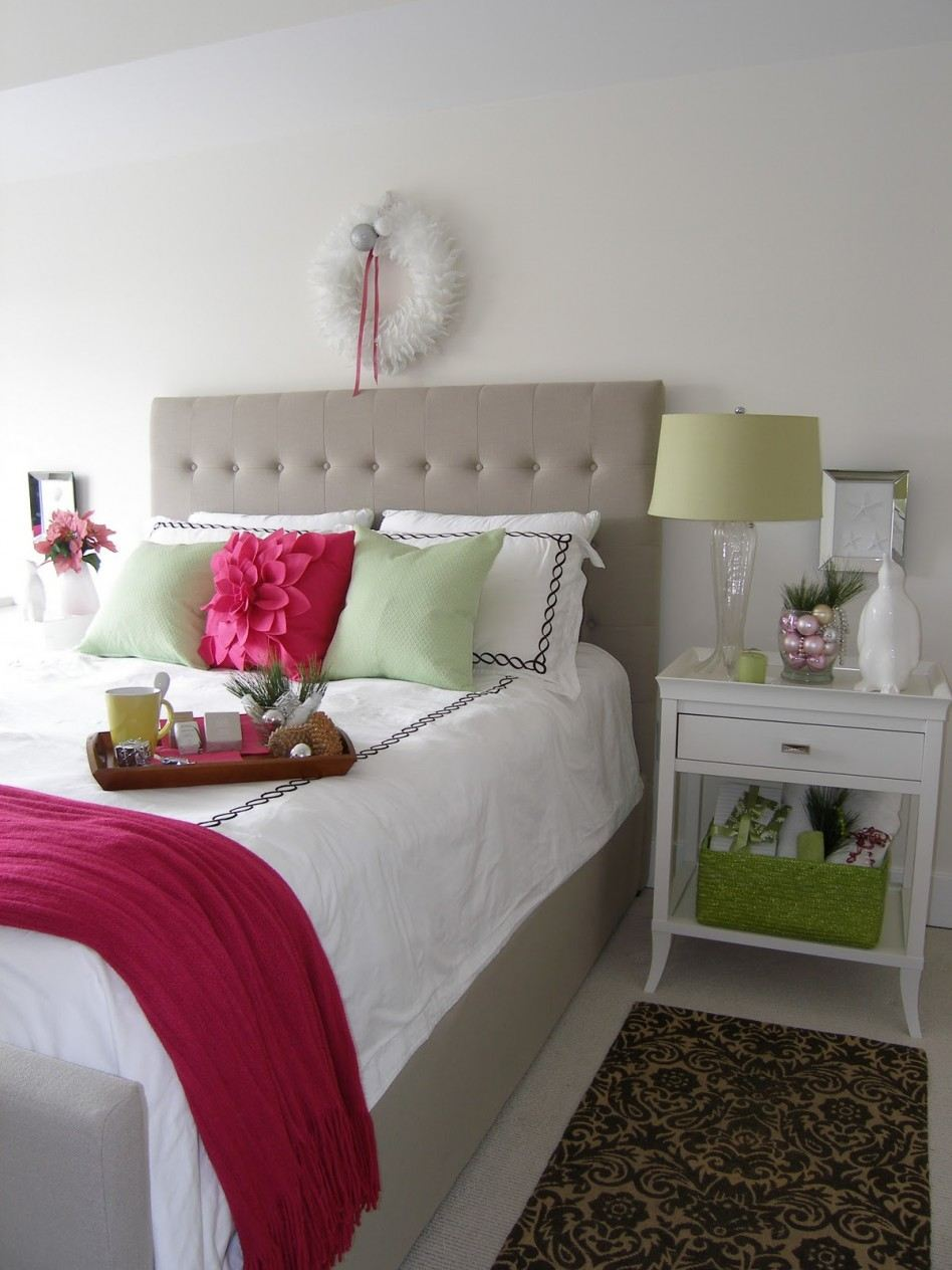 Cozy christmas bedroom decorating ideas festival around for Items to decorate bedroom