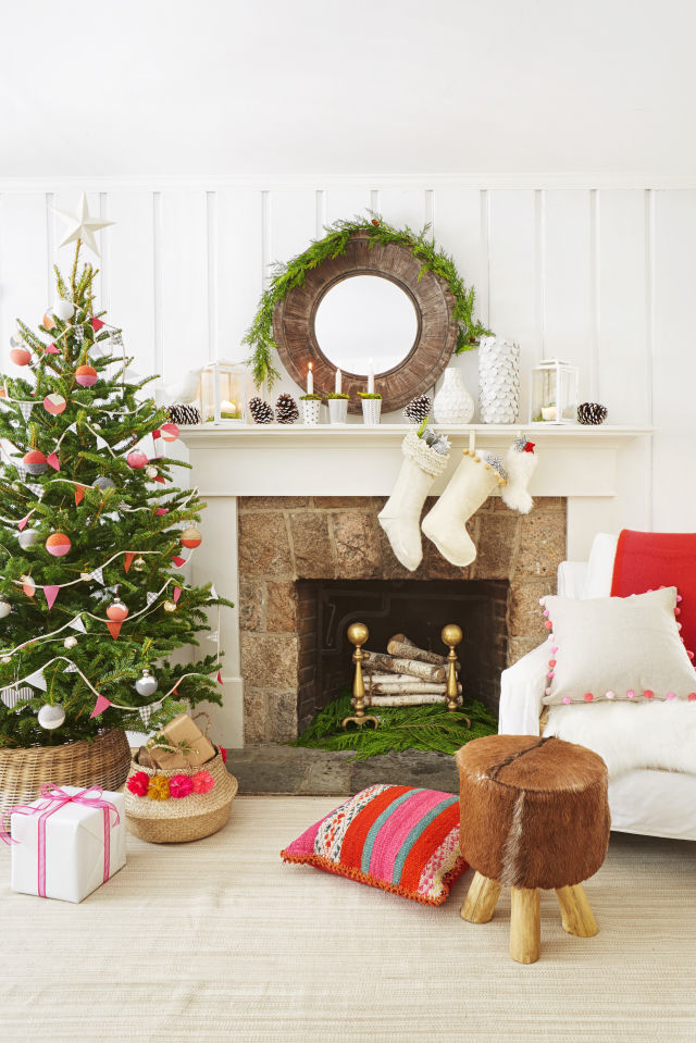 Indoor christmas decorating ideas that you must not miss Holiday apartment decorating ideas