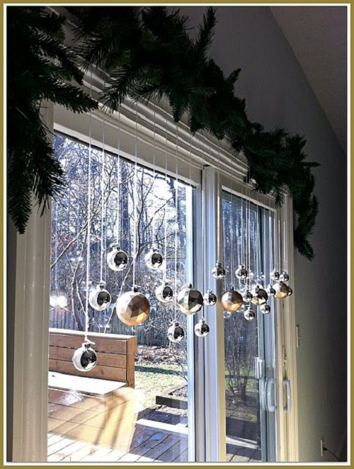 20 stunning window decorations for christmas festival for How to decorate apartment door for christmas