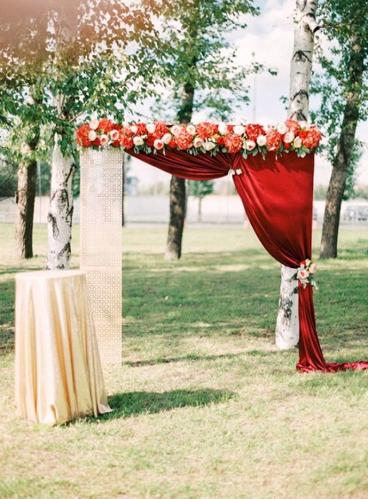20 stunning wedding altar ideas festival around the world for Arch wedding decoration ideas